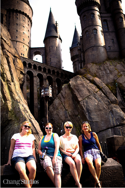 Tia, Leeann, Shelby and Neta in front of Hogwarts Castle
